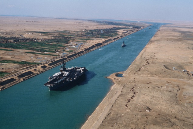 USS_America_(CV-66)_in_the_Suez_canal_1981.jpg